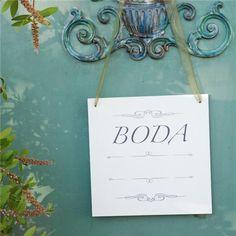 """Cartel personalizable para indicar el camino hacia tu boda. Incluye una flecha adhesiva para que la coloques en la dirección que te convenga. Y un espacio para que escribas lo que quieras, el nombre de los novios, """"Bienvenidos"""", la fecha.... http://www.airedefiesta.com/product/6593/0/0/1/1/Cartel-BODA.htm"""