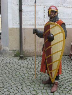 Ritter mit Kettenhemd, Wappenrock (vom Schild verdeckt), Helm, Speer und Schild.