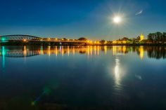 Vollmond war letzten Donnerstag. Ich wollte in paar Bilder machen und bin dann spontan am Kreisverkehr in Stein stehengeblieben und runter zur Donau, um die Mauterner Brücke, Kirche, das Schloss und im Hintergrund das Stift Göttweig mit dem aufgegangenen Mond zu fotografieren, alles in der herrliche ruhigen Donau spiegelnd. Ein Biber ist vorbeigeschwommen, so wie immer in letzter Zeit, wenn man in der Ruhe der Nacht still am Wasser sitzt. Kirchen, Moon, Outdoor, Full Moon, Thursday, Couple, Water, Stones, The Moon
