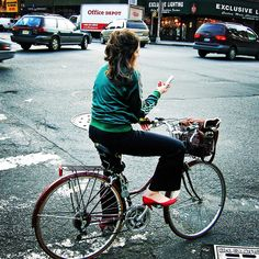 Talk about this great picture of a woman on her bike to help your child learn Spanish. The questions that follow, like all the Learn Spanish with Pictures activities, are ordered to help children master the vocabulary and gain confidence with the language. Start with Describe the photo (1) and be sure to point to the objects in the picture as you talk about them. Use gestures, facial expressions and actions to help your child understand what the words mean. When your child understands the…