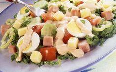 Μια λαχταριστή σαλάτα για κάποια μεσημέρια που το μαγείρεμα είναι για εσάς μπελάς! Εκτός από νόστιμη είναι μια εύκολη και γρήγορη λύση για συνοδευτικό με τα ψητά μας αλλά και μόνη της ως κυρίως γεύμα.    Υλικά