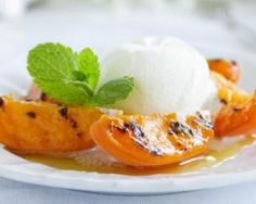 *Skinny Roasted Peach Sundae - Z Living Dessert Simple, Peach Dish, Salted Caramel Sauce, Grilled Peaches, Eating Raw, Fruits And Veggies, I Love Food, Cooking Time, Easy Desserts