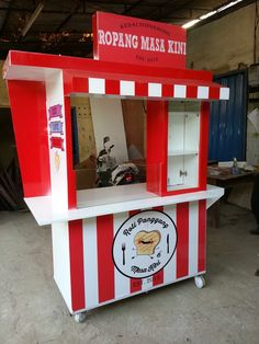 Discover recipes, home ideas, style inspiration and other ideas to try. Food Service Jobs, Chicken Store, Food Cart Design, Paper Box Template, Drink Cart, Y Food, Vendor Booth, Food Stall, Makassar