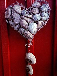 chicken wire mesh formed into a heart & just add stones .cute DIY for on my fence Crafts To Sell, Fun Crafts, Diy And Crafts, Chicken Wire Crafts, Bazaar Ideas, Stone Crafts, Nature Crafts, Wire Art, Homemade Gifts