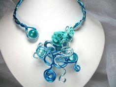 Bleu tendance   Ce collier est réalisé en fils dalu et se pare de fleurs en porcelaine froide façonnées à la main et de perles magiques.  Couleur : Bleu  C collier peut être réalisé dans la couleur de votre choix. Il vous suffit denvoyer votre demande à lessecretsdalena@live.fr