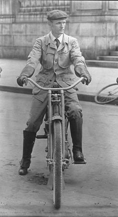 Walter Davidson in 1909 on a Harley Davidson 5 single