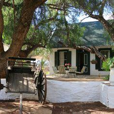 The Willow Historical Guest House is smaakvol gemeubileer met antieke meubels en 'n groot versameling Afrikana.