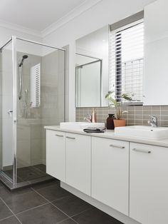 Balanced colour palette. The Monarch 26 Display #HomebuyersCentreVictoria #weeklyhometrends #caroma #bathroominspo #doublebasins #shower #mixertaps #bathroomtiles #white #neutralcolourpalette #design #interiors #bathroom vic.homebuyers.com.au/home-designs/monarch-26