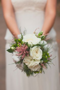 Ramo de novia con rosas blancas y astilbe rosa {Foto, Moana Photography} #ramodenovia #bridalbouquet #tendenciasdebodas