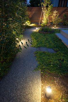 小路の庭 有限会社田辺造園/パステルガーデン 石川県H様邸 Spectacular garden lighting by lighting professionals. Enjoy a dramatic, romantic, even mysterious scene comparing to a day time.