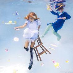 """Fotógrafa cria série com a filha encenando """"Alice no País das Maravilhas"""" debaixo d'água"""