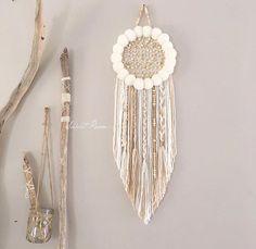 Attrape rêve confectionné entièrement à la main, fait de pompons de laine et tissé au centre avec des perles en bois brutes. D'esprit bohème il peut être confectionné de la couleur de votre cho...