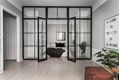 Hur snyggt är inte denna rumsavdelare? En lägenhet på Frödingsvägen 12 på Kungsholmen i Stockholm som säljs genom Skandiamäklarna är det som bjuder på denna fina lösning. Väldigt smart och väldigt…