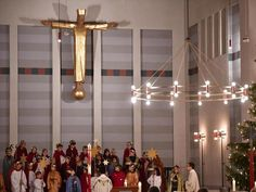 Sternsinger während eines Gottesdienstes in einer Kirche.