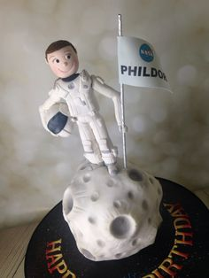 Astronaut on the moon birthday cake Nasa Party, Boy Birthday, Birthday Cake, Cupcake Cakes, Cupcakes, Cake Decorating, Decorating Ideas, Themed Cakes, Rice Krispies