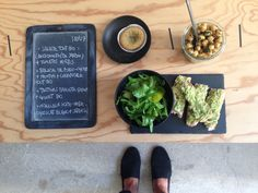 Bento du jour 18/07/2016 : Salade tout bio : Cressonnette (de notre jardin) + tomates vertes  - Salade de poids-chiche + menthe & coriandre fraîches tout bio - Tartines de baguette de quinoa + avocat bio - Moelleux home-made : chocolat blanc + farine de sarrasin