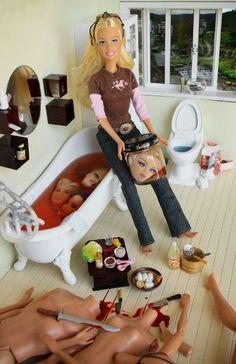 Marie Clayton-The dolls Cette artiste tourne en dérision la vision habituelle que l'on a de cette poupée Barbie, jouet directement lié à l'enfance et d'apparence innocente .