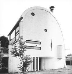 Modernisme - Renaat BRAEM (1910-2001). Woning Van Humbeeck, Pastorijstraat 3 in Buggenhout (Belgium) (1967). Braem liep in de jaren dertig stage bij Le Corbusier. Hij werd beschouwd als de belangrijkste vertegenwoordiger van de moderne architectuur en stedenbouw in België. (hva) Modernisme, Le Corbusier, Source Of Inspiration, Facade, Art Nouveau, House Ideas, Facades