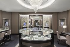 Van Cleef & Arpels expands its world of femininity and historical craftsmanship into Melbourne, Australia, with a new home located in the heart of the city, 101 Collins Street. The Maison welcomes you into an elegant space extending over 160 square meters, presenting a selection of the Maison's Jewelry, High Jewelry and Watches collection.