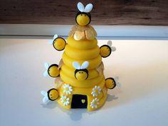 Colméia feita em biscuit para enfeite de mesa ou topo de bolo  tamanho :16 de altura  9 abelhas inclusas R$ 38,00