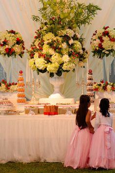 10 ideas para la mesa de dulces de tu boda. #Matrimoniocompe #Organizaciondebodas #Matrimonio #TipsNupciales #CaminoAlAltar #MatriPeru #BodaPeru #DecoracionDeMatrimonio #DecoracionConFloresParaBodas #CentroDeMesaBoda #CandyBar #MesaDeDulces Girls Dresses, Flower Girl Dresses, Bar, Table Decorations, Wedding Dresses, Flowers, Bridal Fashion, Wedding Centerpieces, Floral Decorations