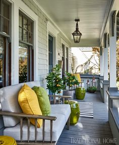 The right front porch design can surely add lots of appeal and extra outdoor living space. To help you design your porch, we have front porch ideas to inspire. Veranda Design, Terrasse Design, Patio Design, Summer Front Porches, Summer Porch Decor, Southern Front Porches, Farmhouse Front Porches, Farmhouse Homes, Farmhouse Decor