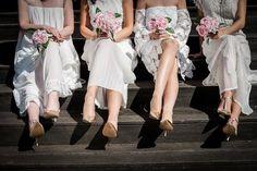 Mit vegyünk fel? Akár menyasszonyként, koszorúslányként vagy vendégként várjuk az esküvői szezont, ezt a kérdést bizonyára többször feltettük már magunknak. Az esküvői divatban végre igazán teret nyer a természetesség. Frizura & Szépség magazin