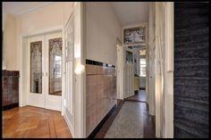 Glas in lood kamer en suite deuren, hal met tegels lambrisering jaren '30