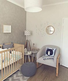 peinture chambre bébé grise, lit à barreaux en bois, canapé gris, poufe grise, formidable idée déco chambre bébé