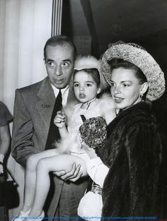 Actress/singer Judy Garland with Husband, director Vincent Minnelli and their daughter singer Liza Minnelli. Old Hollywood Glamour, Golden Age Of Hollywood, Vintage Hollywood, Hollywood Stars, Classic Hollywood, Vintage Glam, Judy Garland Liza Minnelli, Star Wars, Famous Faces