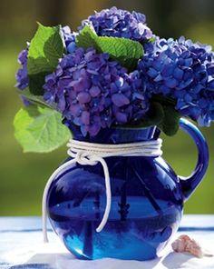 Jarra azul cobalto con hortensias