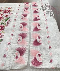 Yeni İğne Oyası Havlu Modeli Most Beautiful Models, Boutique Homes, Needle Lace, King Comforter, Baby Booties, Home Textile, Diy And Crafts, Cotton Fabric, Textiles