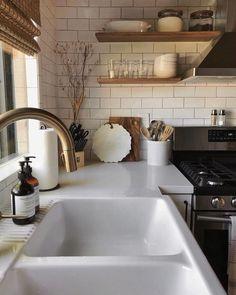 New kitchen corner sink layout Ideas Kitchen Sink Units, Kitchen Sink Decor, Kitchen Sink Window, Kitchen Corner, New Kitchen, Kitchen Dining, Kitchen Island, Kitchen Cabinets, Kitchen Ideas