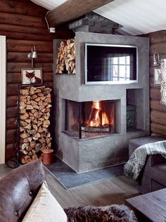 Hytta i Trysil er ikke til å kjenne igjen Small Fireplace, Fireplace Design, Cabin Interiors, Rustic Interiors, Earthy Decor, Mountain Decor, Decor Scandinavian, Rustic Fireplaces, Wood Burner