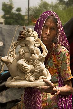 Craftsmen displaying pop idol of Lord Ganesha. Clay Ganesha, Ganesha Art, Ganesh Chaturthi Images, Happy Ganesh Chaturthi, Ganesha Pictures, Ganesh Images, Bird Drawings, Easy Drawings, Indian Inspired Decor