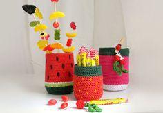 Des pots gourmands au crochet Tendance colorblock, les légumes et les fruits nous inspirent des pots vraiment craquants pour ranger nos crayons, nos bonbons, ou même présenter nos p'tits apéros de l'été. Vite, on les fait!