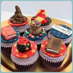 Harry Potter Theme - Scrumptious Buns, I love your cupcakes!That sentence sounded a little odd. Harry Potter Sweets, Bolo Harry Potter, Gateau Harry Potter, Harry Potter Cupcakes, Harry Potter Birthday Cake, Harry Potter Wedding, Harry Potter Theme, Harry Potter Cupcake Toppers, Hery Potter