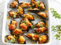 Moules farcies Discover our easy and fast recipe of Stuffed Mussels on Current Cuisine! Potato Dishes, Food Dishes, Italian Finger Foods, Fingers Food, Seafood Recipes, Cooking Recipes, Stuffed Shells Recipe, Good Food, Yummy Food