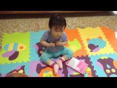 5月21日小孫女王渝喬在爺爺奶奶家觀賞巧虎錄影帶