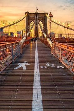 Stuff to do in NYC: Walk the Brooklyn Bridge. An elevated pedestrian and bike path keeps you away from the traffic. The bridge architecture is great, as are the views of the city. Brooklyn Bridge, New York City (by James Neeley) Ponte Do Brooklyn, Brooklyn Bridge New York, Brooklyn City, Manhattan Bridge, Lower Manhattan, Places To Travel, Places To See, New York City, New York