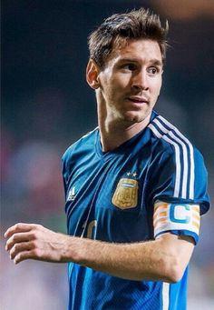 Esté es Lionel Messi. Lionel Messie jugando fútbol. Le gusta fútbol mucho.                                                                                                                                                      Mais