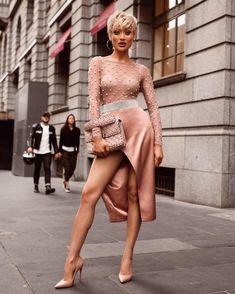 Главным трендом этого сезона стал оттенок «розовое золото». Но в отличие от предыдущих сезонов, где он главным образом красовался только на волосах модниц, сегодня он должен присутствовать и в макияж...