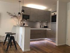 Ideen für die Küchen-Einrichtung: Offene Einbauküche mit Tresen und grauen Fronten. 2-Zimmerwohnung in Bremen. #Küche #Inspiration