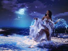 Анимация Девушка стоит в бурном море, смотрит на летящих в небе птиц на фоне полной луны, гифка Девушка стоит в бурном море, смотрит на летящих в небе птиц на фоне полной луны