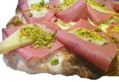 Pinsa Gourmet: mortadella di chianina, scaglie di reggiano e granella di pistacchi