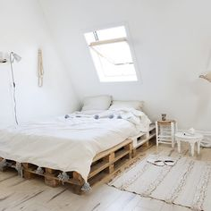 White Attic Bedroom With Palet Bed in Light Home in Scandinavian and Moroccan style%categories%Bedroom Cozy Bedroom, White Bedroom, Bedroom Apartment, Master Bedroom, Decor Room, Bedroom Decor, Home Decor, Bedroom Ideas, Attic Bedroom Designs
