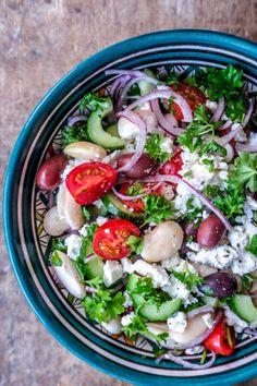 En frisk og lækker salat inspireret fra det græske køkken bestående af tomater, butterbeans, rødløg, sorte oliven, agurk og butterbeans. Caprese Salad, Cobb Salad, Greek Recipes, Vinaigrette, Feta, Salad Recipes, Good Food, Foods, Olives