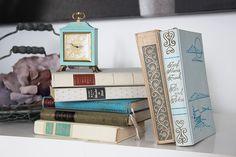 ♥♥♥ Alte Bücher als Vintage-Hochzeitsdeko http://weddstyle.de/vintage-hochzeitsdekoration-buecher.html