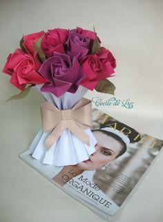 Arranjo com vaso, laço e rosas origami em papel.  20 rosas em 3 tons.  As cores do vaso, do laço e das rosas são a gosto da (o) cliente.  Especifique as cores das rosas, por ex: 3 tons de vermelho, 3 tons de amarelo, 3 tons de azul, etc R$ 120,00