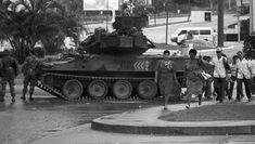 A tank patrols Panama City after the 1989 U.S. invasion of Panama. | Foto: EFE